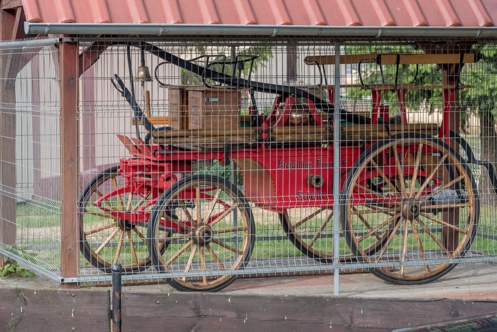 XIX-wieczny wóz strazacki Chrzelice.jpeg